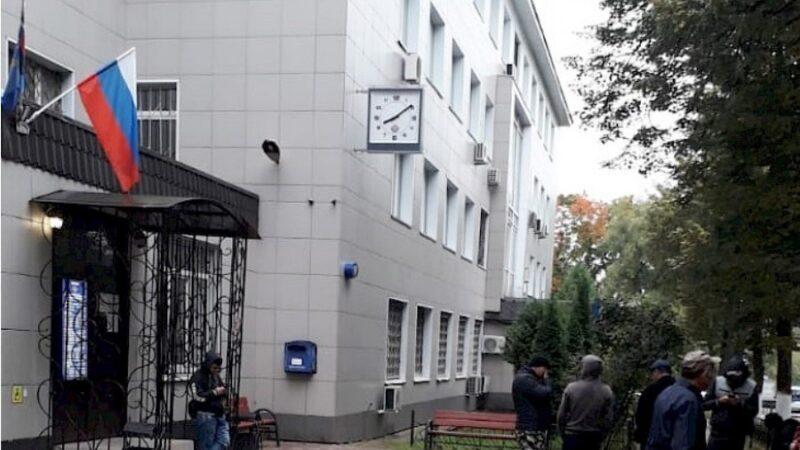 Москва мигранттарды каттоодон баш тартып жатабы? Элчиликтен жооп