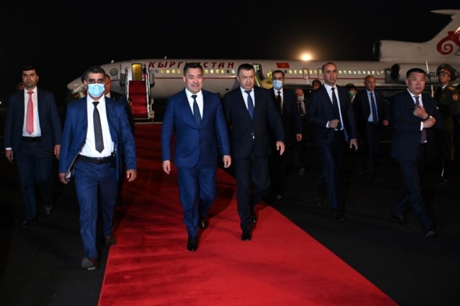 Президент Садыр Жапаровду Душанбе шаарынанкимдер тосуп алышты?