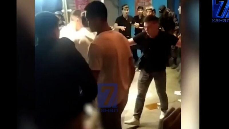 «Чердак» барында официанттар менен эс алуучулар мушташып, үчөө ооруканада (ВИДЕО)