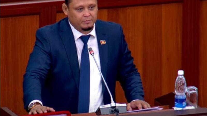 Жаӊы депутат Канатбек Ахмедов ант берип, ыйгарым укуктарын аткарууга киришти