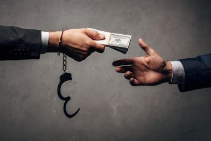 БШКнын кызматкери талапкерден «алдыңкы тизмеге киргизем» деп 550 миң доллар алган