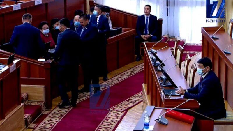 Жогорку Кеңештин депутаттары каникулдан кайтып келишти