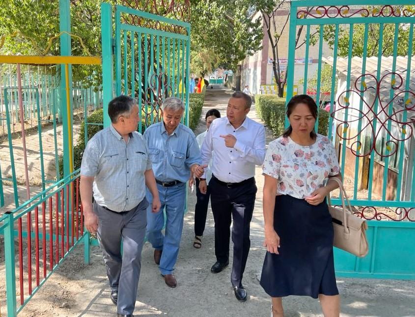 Министр Купешов Баткендеги мектеп, бала бакчалардан кабар алууда