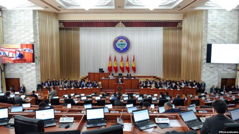 Парламенттик шайлоого «шапкасын алмаштырып» кайра аттанган эски депутаттар