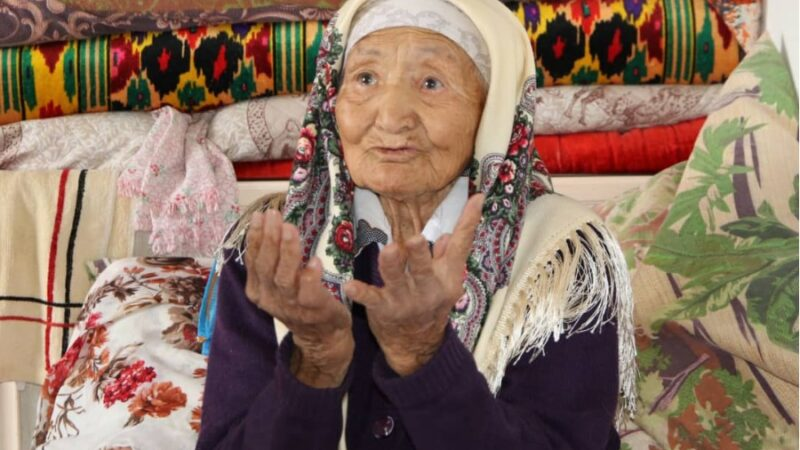 Жалал-Абаддын башчысы 100 жаштан ашкан 33 карыяга акчалай сыйлык тапшырды