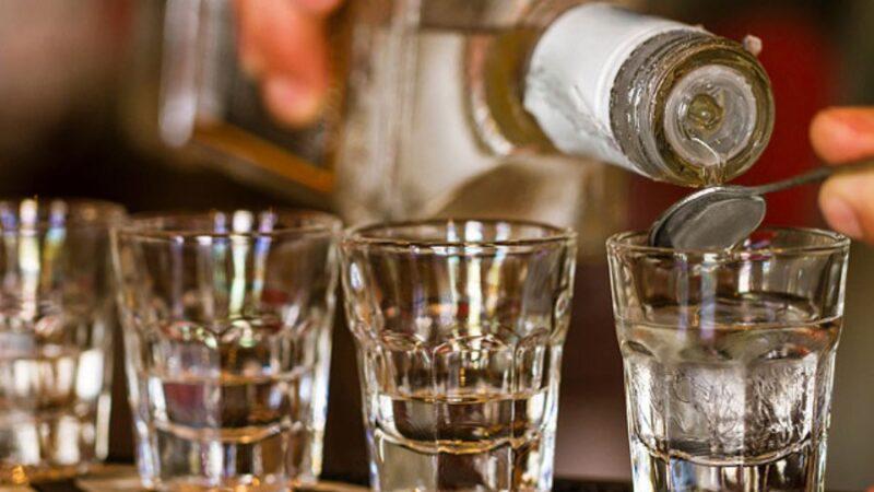 Жасалма спирт ичимдигин сатууга шектелип 3 жаран кармалды (ВИДЕО)